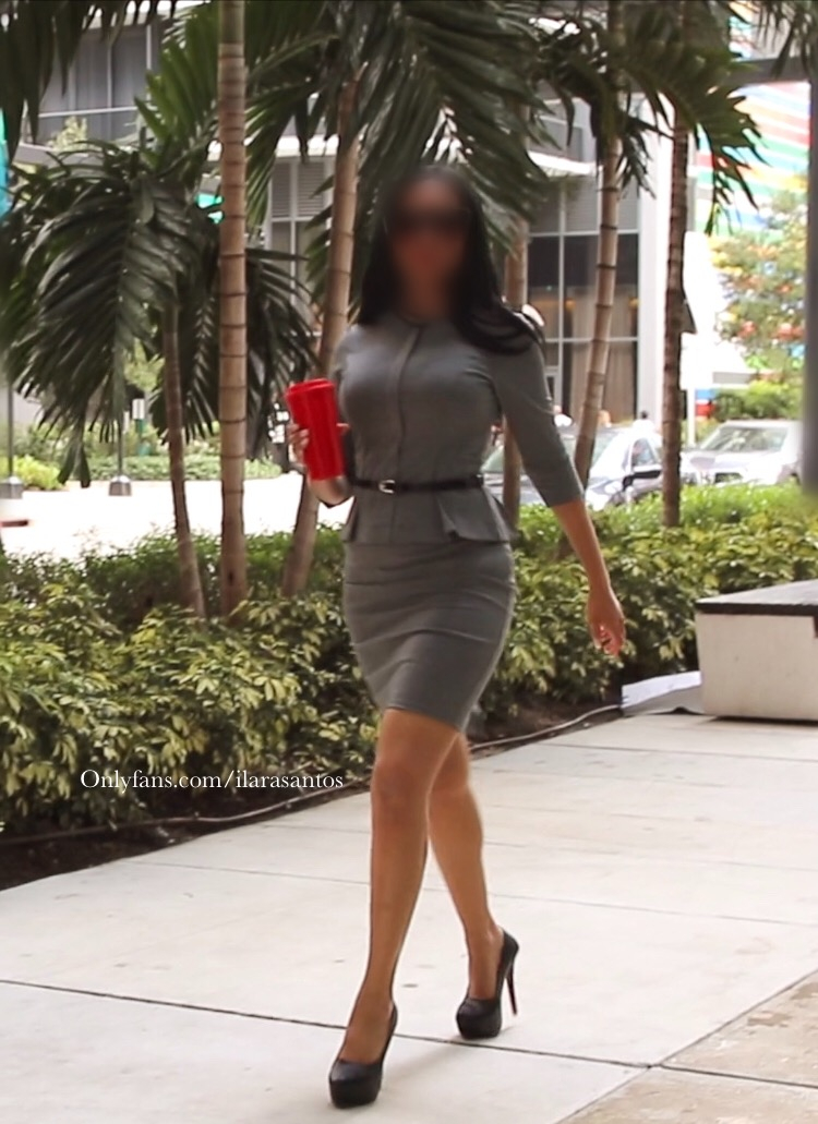 ilara santos in grey business suit walking in Miami Brickell